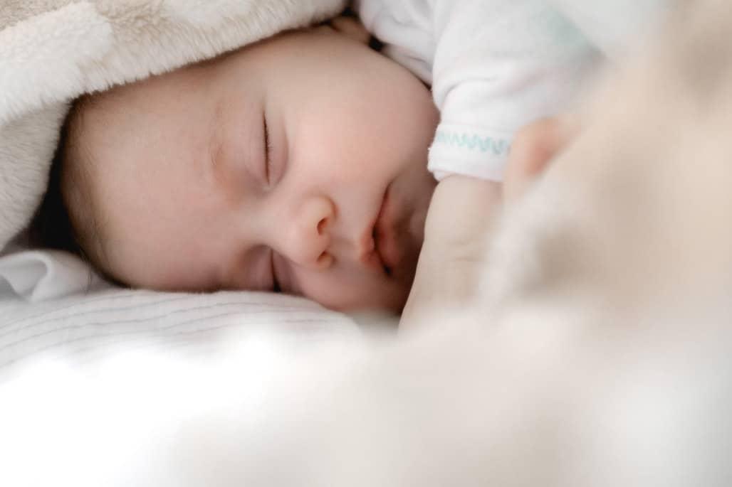 วิธีให้เด็กในท่านอนตะแคงที่ถูกต้อง